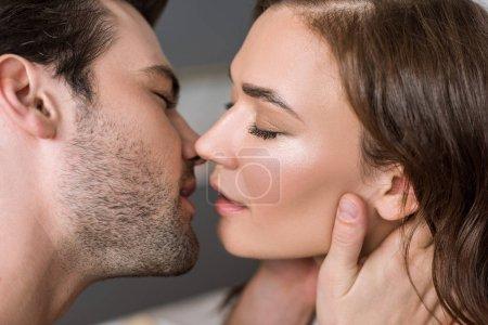 Photo pour Gros plan du bel homme baiser jolie femme - image libre de droit