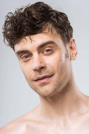 Photo pour Portrait de brunette jeune homme sexy isolé sur gris - image libre de droit