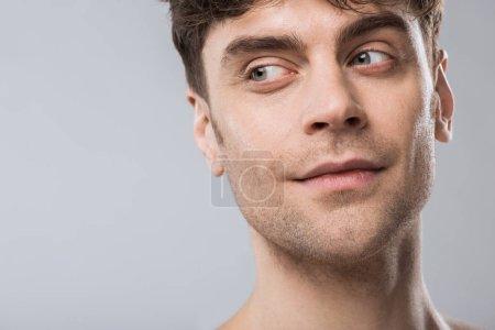 Photo pour Portrait du beau jeune homme à la recherche de suite isolé sur fond gris - image libre de droit