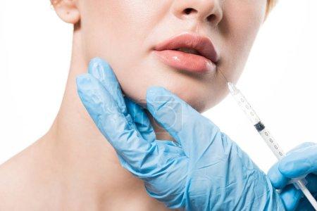 Foto de Toma recortada de mujer joven que belleza inyectable en labios aislados en blanco - Imagen libre de derechos