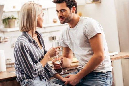 Photo pour Beau copain et copine tenant des verres à vin - image libre de droit
