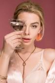 """Постер, картина, фотообои """"Элегантные стильные женщина в Шелковое одеяние, держа бокал, изолированные на розовый"""""""