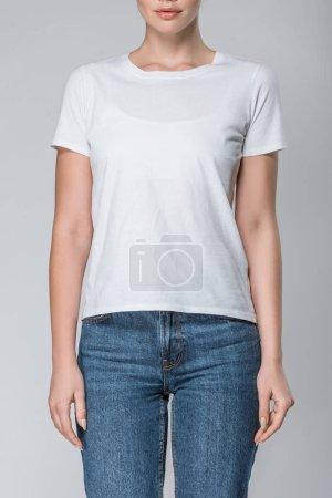 Foto de Vista frontal de la chica posando en camiseta blanca con espacio de copia, aislado en gris - Imagen libre de derechos