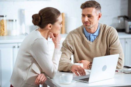 Foto de Enfoque selectivo de adultos pareja usando laptop durante el desayuno de mañana - Imagen libre de derechos