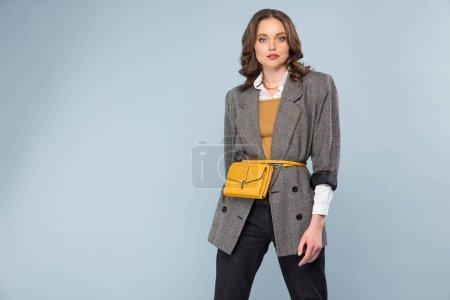 Photo pour Belle femme à la mode en tenues posant isolé sur fond gris avec espace copie - image libre de droit