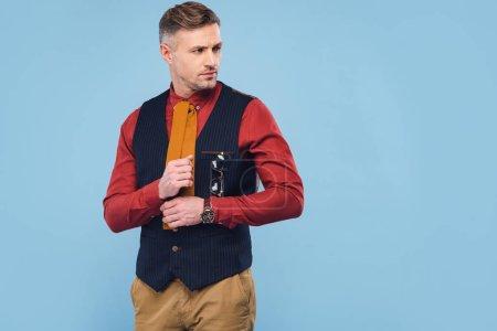 Photo pour Bel homme élégant dans l'usure formelle chemise de réglage isolé sur bleu avec espace de copie - image libre de droit