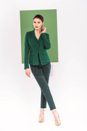 Photo pour Belle femme à la mode de vêtements à la recherche de loin et posant avec mer vert sur fond - image libre de droit