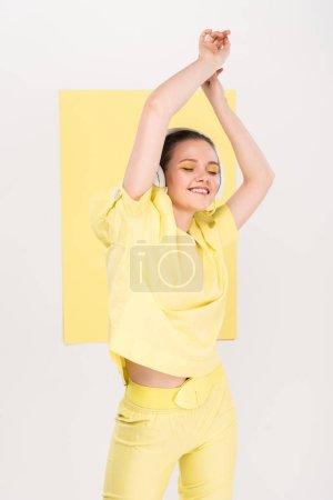 Photo pour Belle fille style en dansant tout en musique avec projecteurs sur fond de casque - image libre de droit