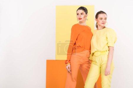 Photo pour Belles filles à la mode, posant avec curcuma et limelight sur fond - image libre de droit