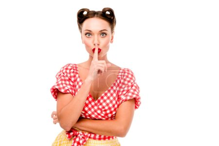 Photo pour Pin up fille dans des vêtements rétro montrer signe de silence isolé sur blanc - image libre de droit