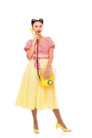 Photo pour Beautiful vintage téléphone jaune en se tenant sur des talons hauts - image libre de droit