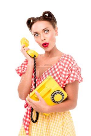 Photo pour Surpris pin-up girl vintage téléphone jaune - image libre de droit