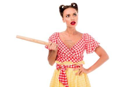 Photo pour Jeune jolie pin-up girl tenant le rouleau à pâtisserie isolé sur blanc - image libre de droit