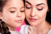 """Постер, картина, фотообои """"крупным планом вид красивых мать и дочь, глядя вниз изолированные на розовый"""""""