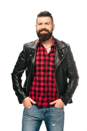 Photo pour Homme barbu souriant posant en veste en cuir noir isolé sur blanc - image libre de droit