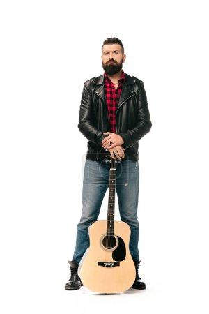 Photo pour Beau rocker en blouson de cuir noir posant avec une guitare acoustique, isolée sur blanc - image libre de droit