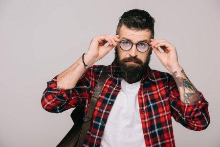 Foto de Guapo hombre barbudo en camisa a cuadros y gafas, aisladas en gris - Imagen libre de derechos