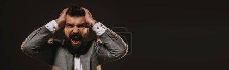 Foto de Empresario agresivo barba gris chaqueta gritos aislados en marrón - Imagen libre de derechos