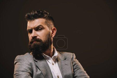 Foto de Hombre de negocios guapo barba en chaqueta gris aislado en marrón - Imagen libre de derechos