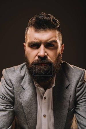 Foto de Hombre de negocios guapo barba en desgaste formal aislado en marrón - Imagen libre de derechos
