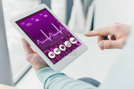 Photo pour Recadrée de l'homme tenant une tablette numérique avec application médicale sur écran - image libre de droit