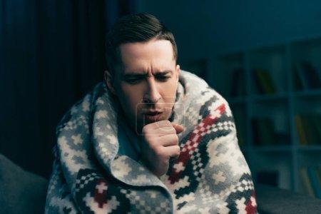 Photo pour Beau homme tousse tout en ayant la grippe à la maison - image libre de droit