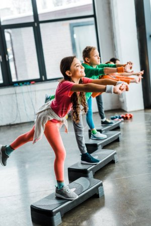 Photo pour Enfants de faire des exercices d'équilibre avec les plates-formes d'étape - image libre de droit