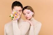 """Постер, картина, фотообои """"человек с Альстромерия цветы с стороны один глаз покрытия вблизи красивая женщина с цветами на лице, изолированные на бежевый"""""""