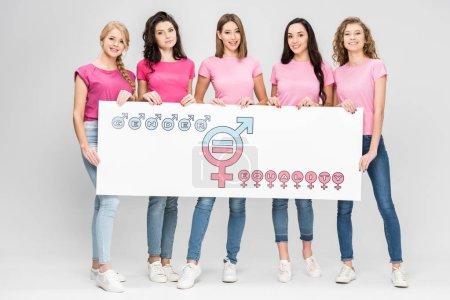 Photo pour Attrayant jeunes femmes tenant grand signe avec symbole d'égalité des sexes sur fond gris - image libre de droit