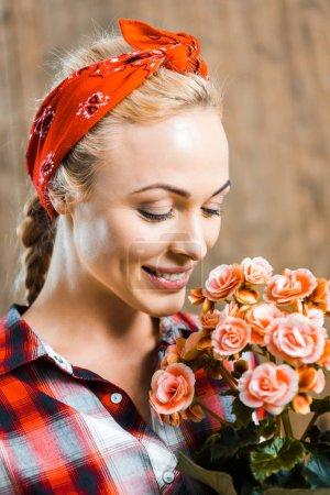 Photo pour Femme joyeuse debout, yeux fermés et Richard fleurs - image libre de droit