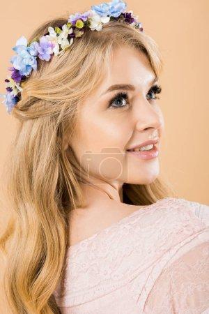 Photo pour Portrait de femme séduisante coloré de dépôt de couronnes de fleurs sur fond jaune - image libre de droit