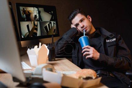Photo pour Beau garde boire de tasse jetable sur le lieu de travail - image libre de droit