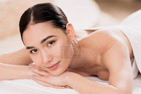 Photo pour Belle femme asiatique souriante, se reposant et regardant la caméra - image libre de droit