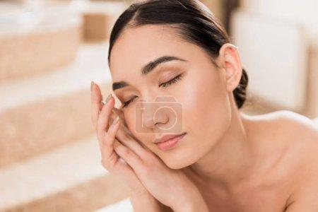 Photo pour Gros plan de belle asiatique femme détente à spa - image libre de droit