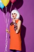 """Постер, картина, фотообои """"Удивлен девушка в белых парик, держа воздушные шары на фиолетовом фоне"""""""