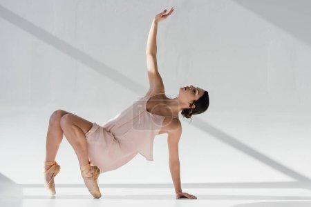 Photo pour Belle ballerine dansante en robe rose et chaussures pointe - image libre de droit