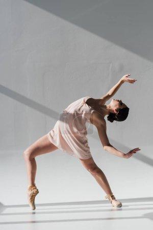 Photo pour Jeune ballerine danse en chaussures de robe et pointe roses - image libre de droit
