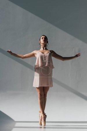Photo pour Belle ballerine dansant en robe rose et chaussures pointe - image libre de droit