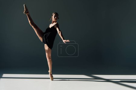 Photo pour Ballerine séduisante danse en chaussures de robe et de pointe noires - image libre de droit