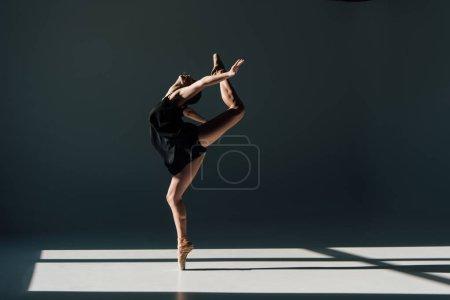 Photo pour Belle jeune ballerine, danse dans la lumière du soleil - image libre de droit