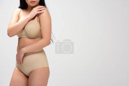 Foto de Vista parcial de sobrepeso mujer en ropa interior aislada en gris, concepto de positividad de cuerpo - Imagen libre de derechos