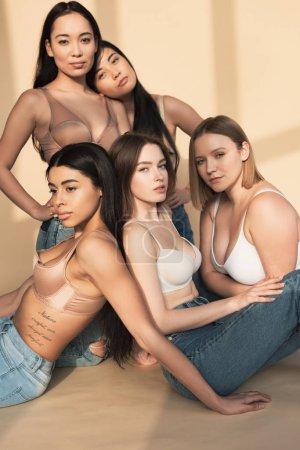 Foto de Cinco hermosas chicas multiculturales posando en cámara en luz del sol, del cuerpo concepto de positividad - Imagen libre de derechos