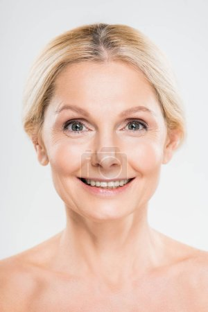 Photo pour Blonde, femme souriante et mature regardant la caméra sur fond gris - image libre de droit