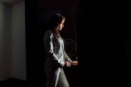 Photo pour Jolie femme brune debout près de la porte de l'hôtel - image libre de droit