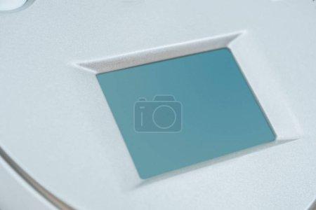 Photo pour Vue rapprochée de la machine principale d'endosphères argentées avec écran blanc - image libre de droit