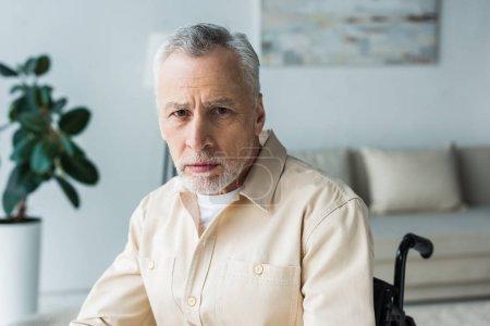 Photo pour Gros plan du vieil homme sérieux regardant la caméra à la maison - image libre de droit