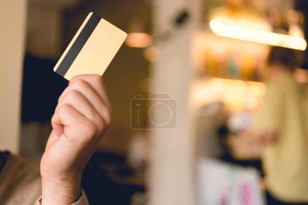 Foto de Vista recortada del hombre sosteniendo la tarjeta de crédito en la mano - Imagen libre de derechos