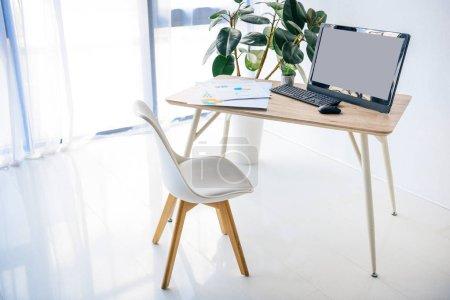 Photo pour Intérieur de la chambre avec chaise, table, plante en pot, infographie, ordinateur, souris d'ordinateur et clavier d'ordinateur - image libre de droit