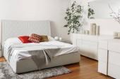 """Постер, картина, фотообои """"Интерьер современный свет спальни с цветными подушками на кровати"""""""