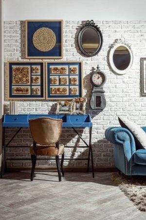 интерьер современной гостиной в стиле ретро со стулом, столом и диваном